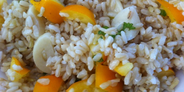 healty-brown-rice-with-yellow-tomatoes